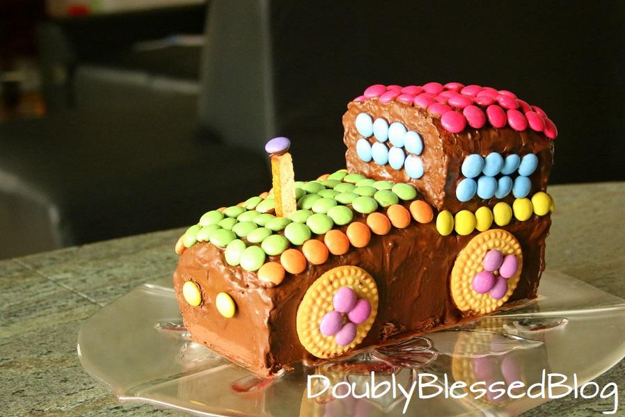 Lokomotiven-Geburtstagskuchen mit Smarties