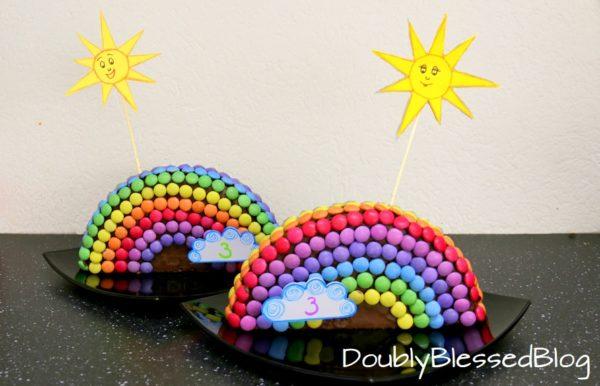 Smarties-Geburtstagskuchen als Regenbogen