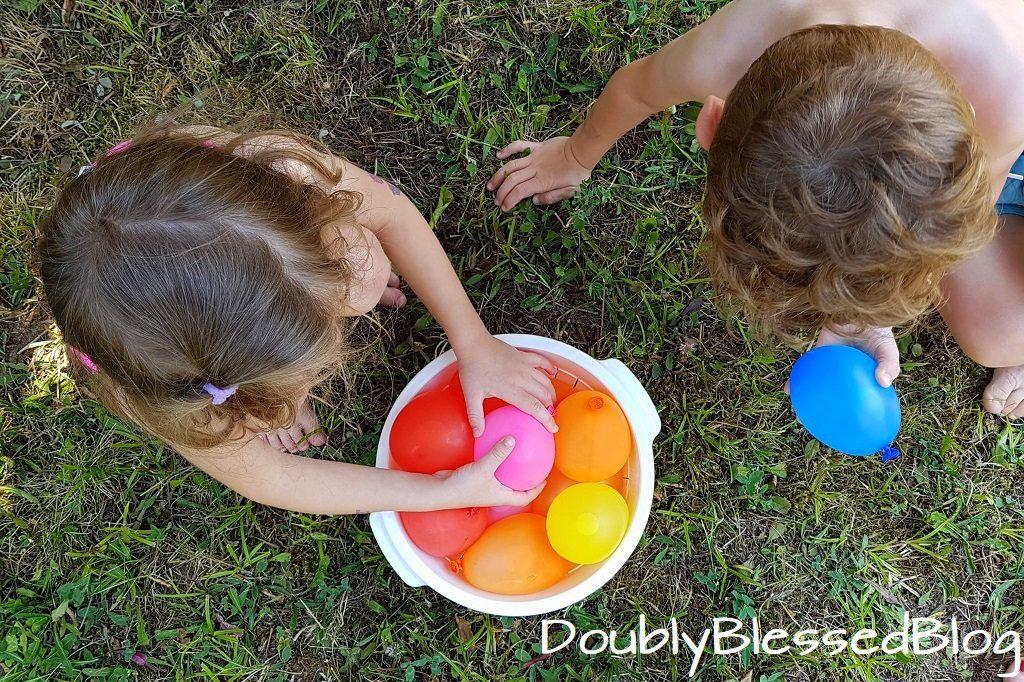 Abkühlung für die Kinder in der Sommerhitze - Wasserballonschlacht