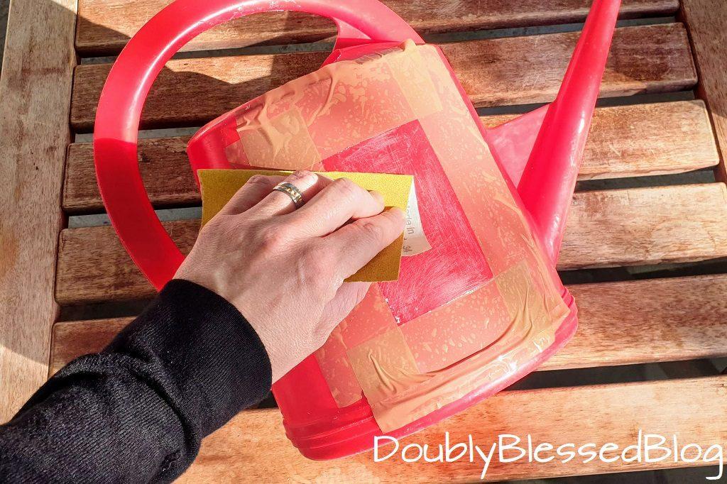 Giesskanne dekorieren mit Kindern - Vorbereitungmit Schleifpapier