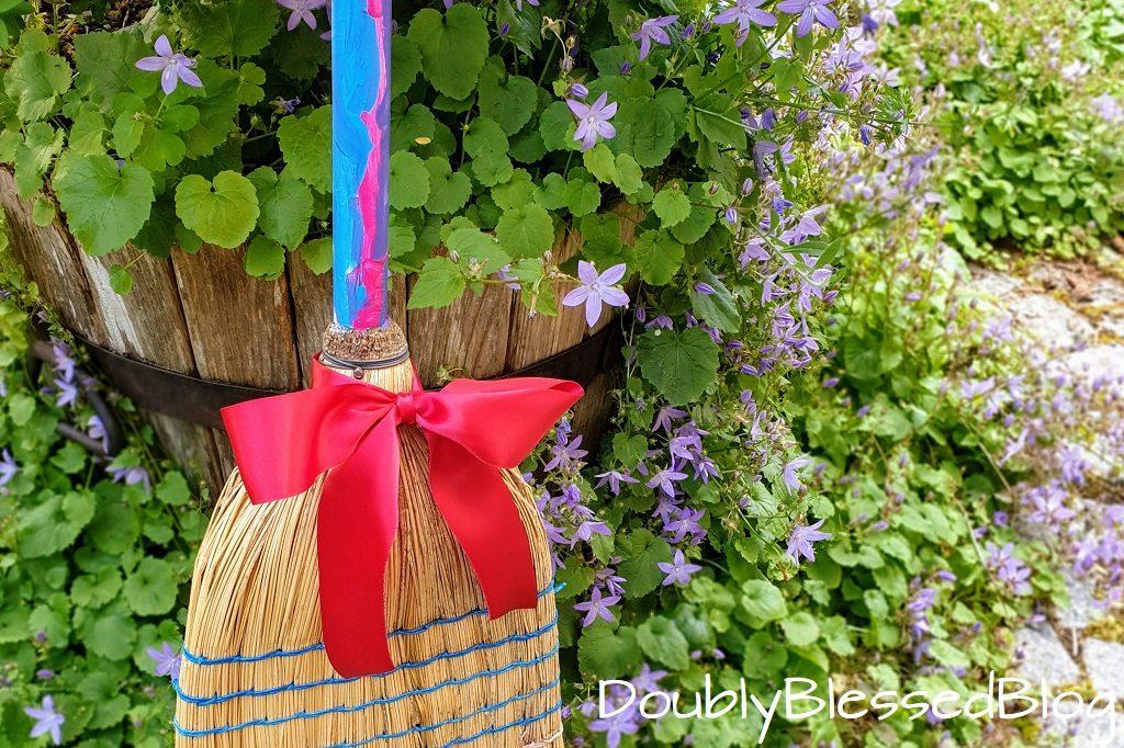 Geschenke basteln mit Kindern - ZUm Beispiel einen hübschen selbstbemalten Besen für den Garten