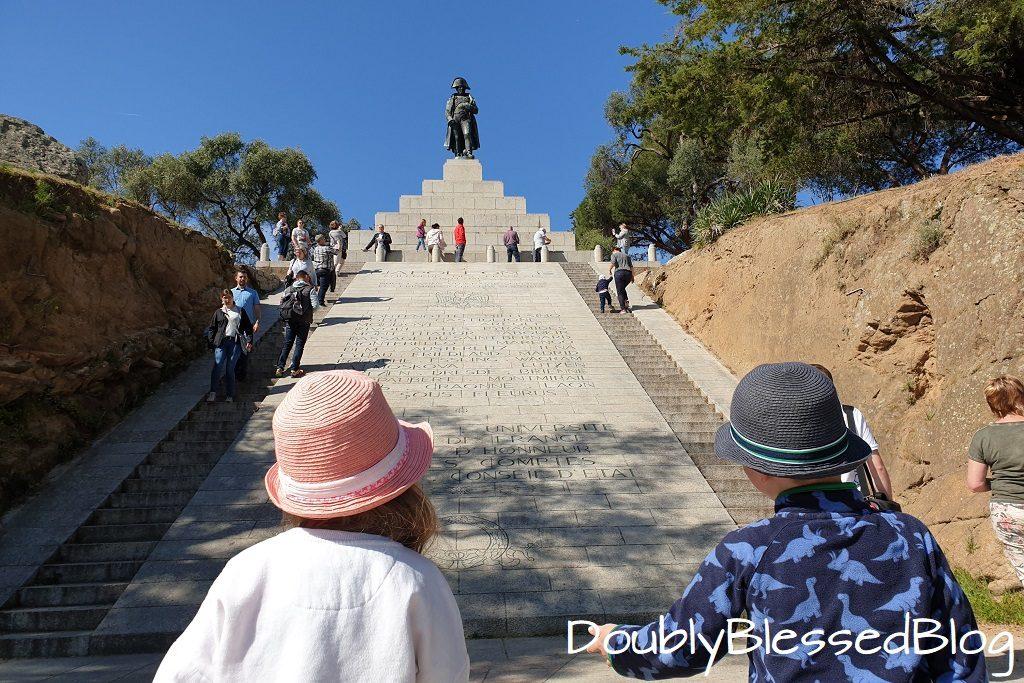 Napoleon Denkmal in Ajaccio mit kleinen Kindern