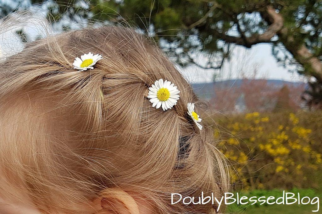 Kinderspiele - Wiesenspiele - Blumen in die Haare flechten