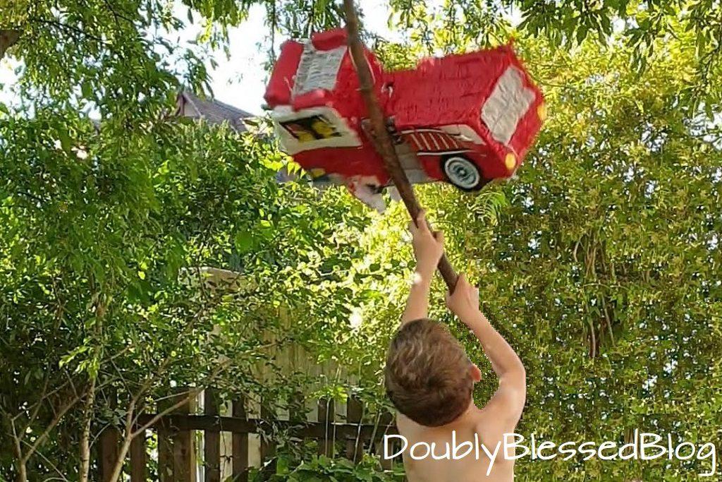 Piñata zerschlagen am Kindergeburtstag