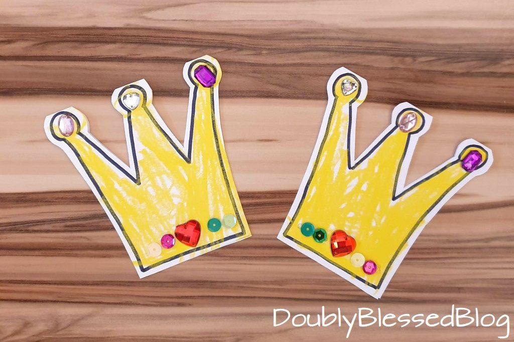 Einlaungskarte in Form von Krönchen mit Edelsteinen für die Prinzessinnenparty