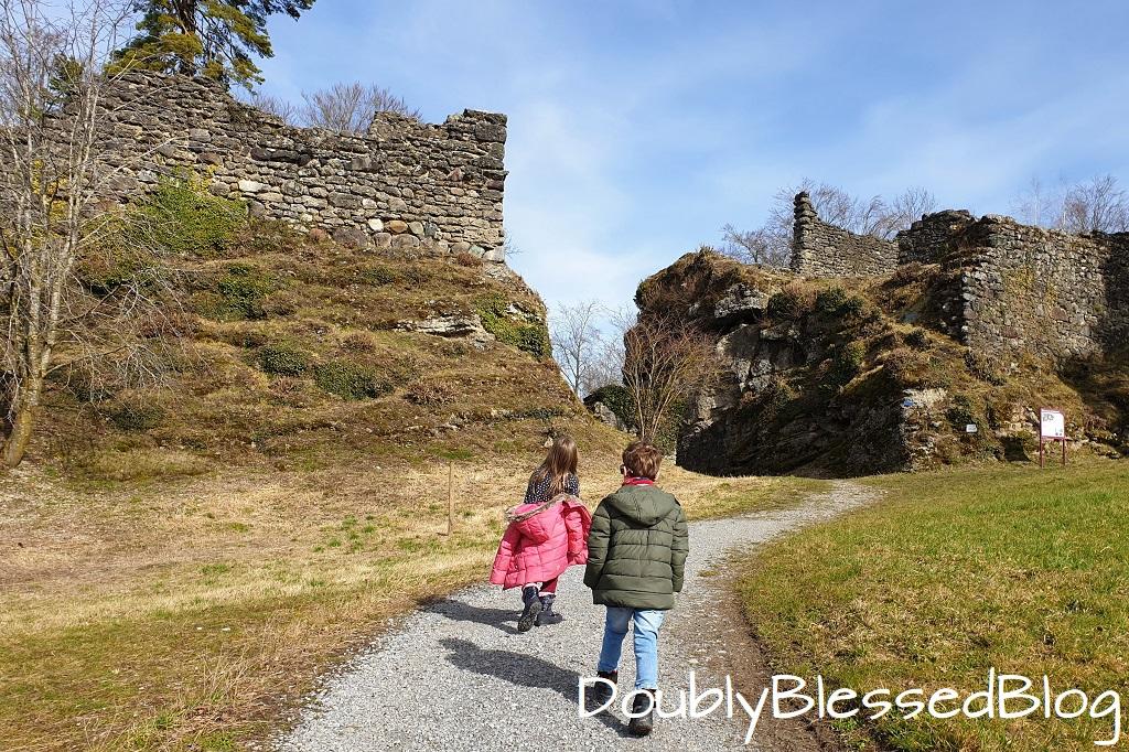 Burgruine Alt-Wädenswil mit Kindern