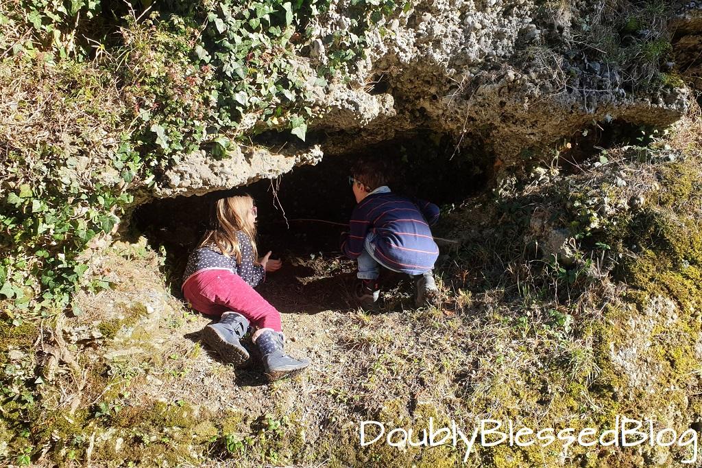 Burgruine Alt-Wädenswil mit Kindern - Kleine Höhlen erforschen