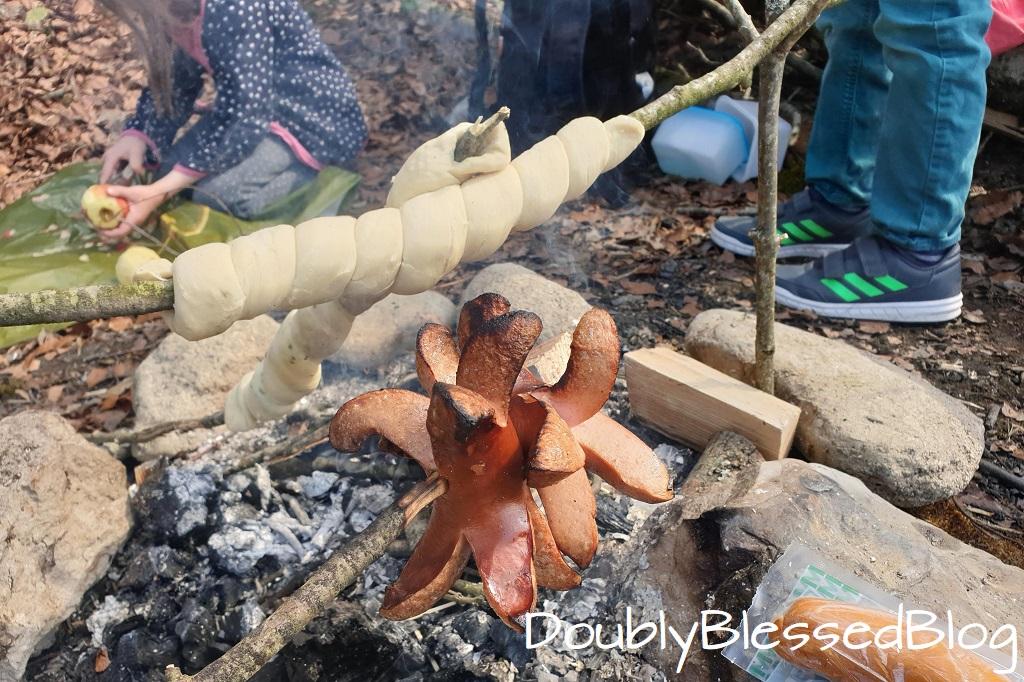 Unsere liebsten Waldspiele - Gemeinsam ein Feuermachen un deine WUrst und Stockbrot grillieren