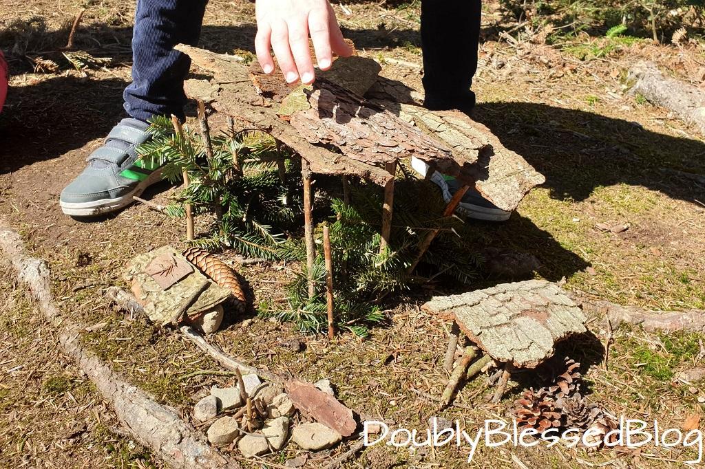 Unsere liebsten Waldspiele - Zwergenhaus bauen