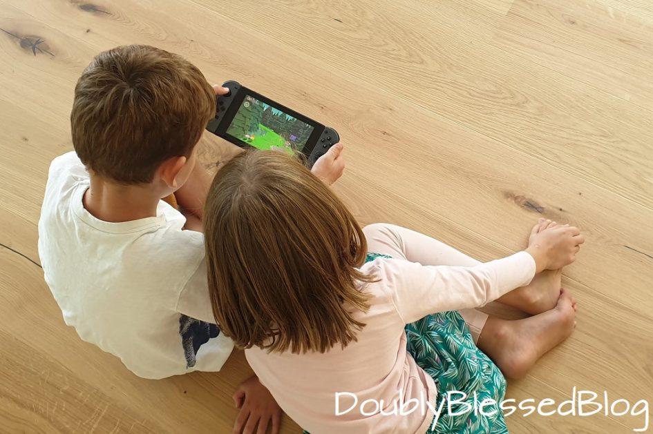 Kinder spiielen auf Nintendo Switch Paper Mario: The Origami King