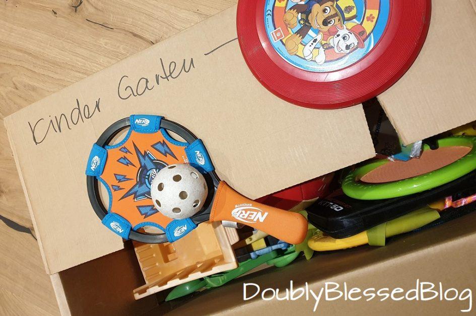Umzug mit Kindern - Gefüllte Kartonkiste mit Spielsachen